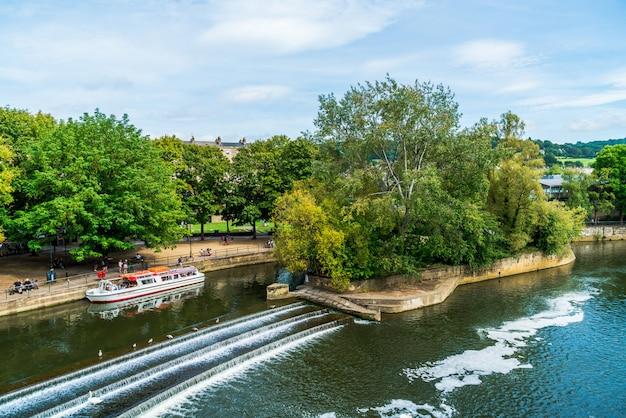 Bad, engeland - 30 augustus 2019: uitzicht op de pulteney-brug rivier avon in bath, engeland