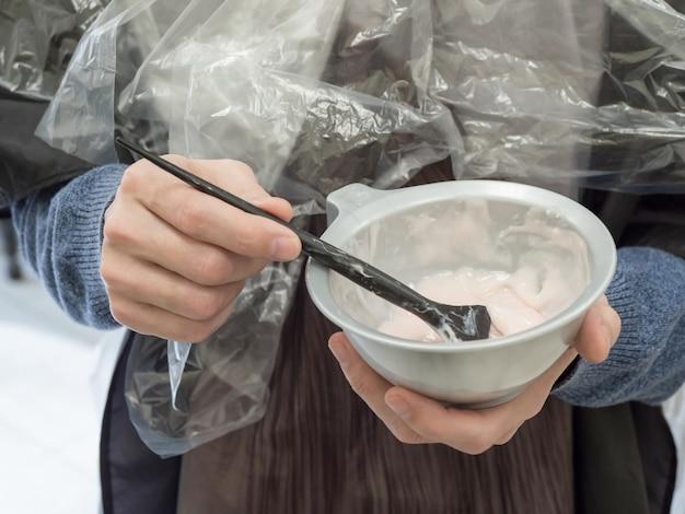 Bad met mousse. innovatieve samenstelling voor haarherstel in bad. Premium Foto
