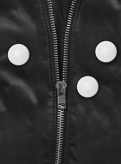 Badge op een zwart lederen jas close-up
