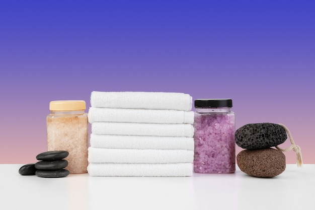 Badhanddoeken en spazout op witte tafel