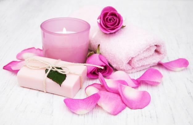 Badhanddoeken, kaars en zeep met roze rozen
