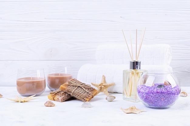 Badkamer accessoires. spa- en schoonheidsproducten. concept van natuurlijke spa cosmetica en organische verzorging lichaamsverzorging.