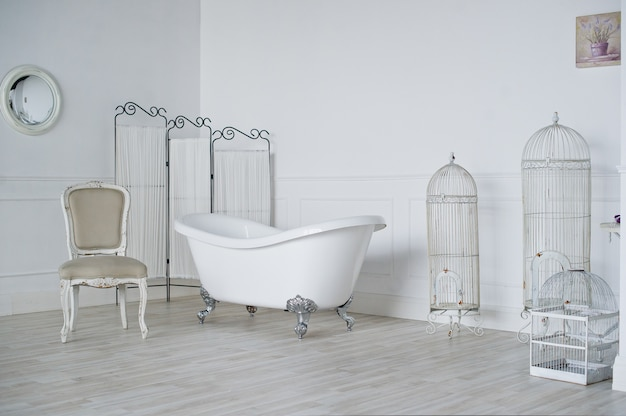 Badkamer in provençaalse stijl in loftstudio