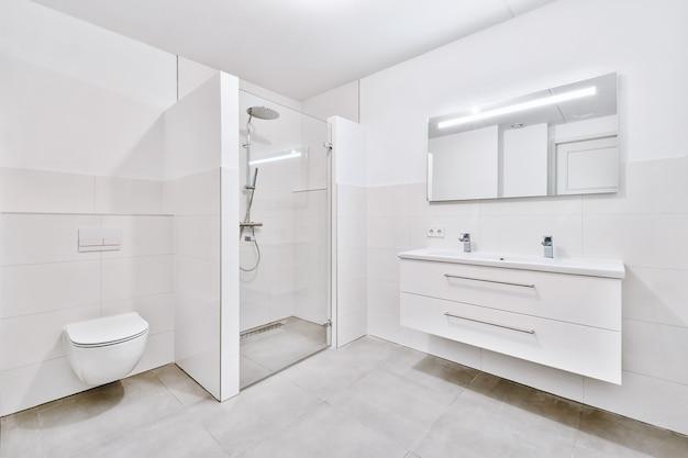 Badkamer met marmeren muren
