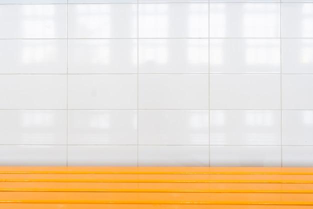 Badkamer muur met witte grote tegels