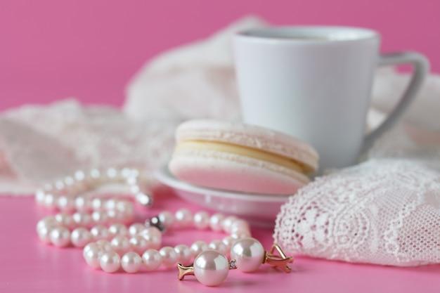Badkamersteller met koffie, vintage parelsjuwelen