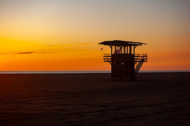 Badmeester toren bij zonsondergang op het strand van poti in georgië. geweldig uitzicht op de zonsondergang.