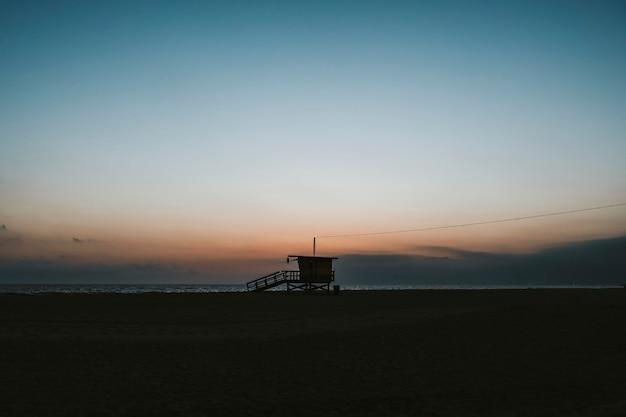 Badmeesterhuis op een strand van venetië in californië, vs