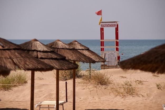Badmeesterhut op een siciliaans strand
