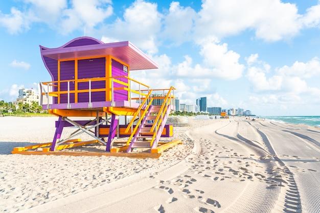 Badmeesterpost op het strand van miami, florida de vs