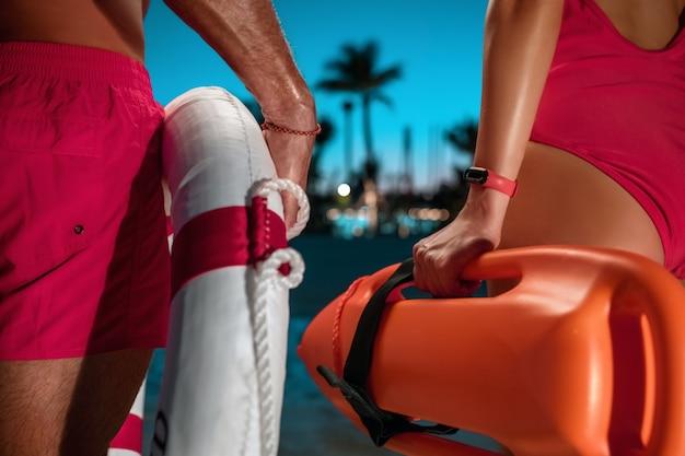 Badmeesters met een oranje reddingsboei