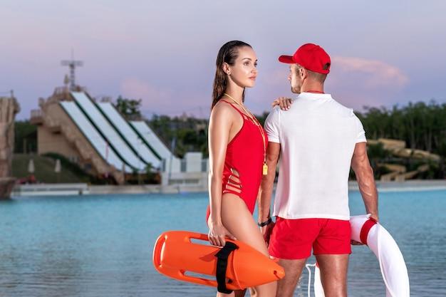 Badmeesters met reddingsboeien