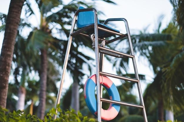 Badmeesterstoel bij het zwembad in een tropisch resort