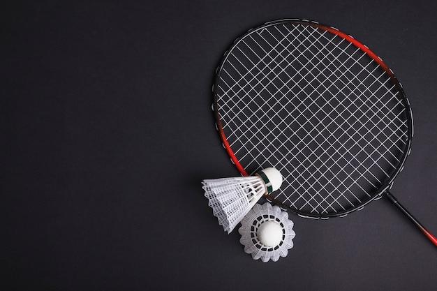 Badminton en shuttle op zwarte achtergrond