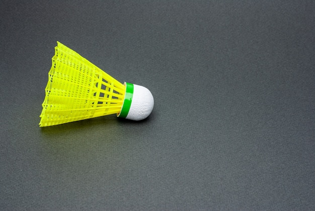 Badminton shuttle close-up is geïsoleerd op grijs