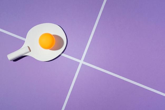 Badmintonpeddel op paarse achtergrond