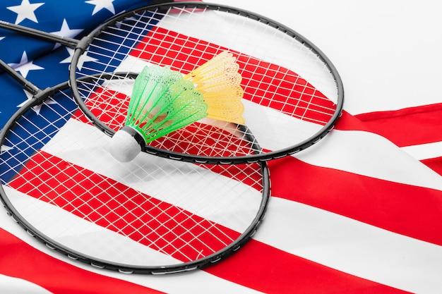 Badmintonracket en shuttles op de nationale vlag van de vs