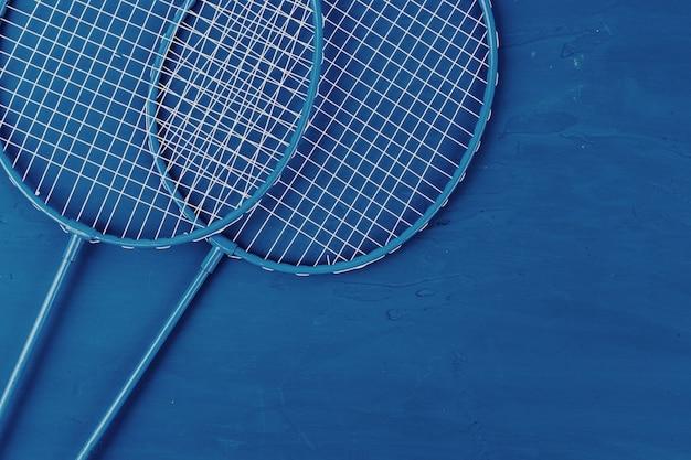 Badmintonrackets op blauwe, bovenaanzicht
