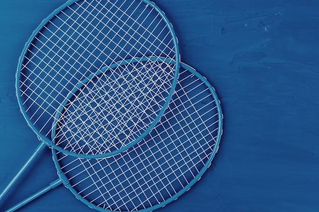 Badmintonrackets op klassiek blauw
