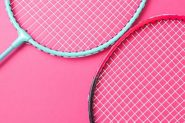 Badmintonrackets op roze oppervlak