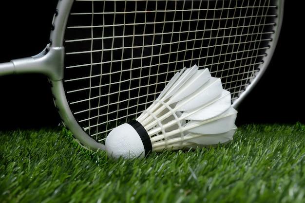 Badmintonshuttle op gras met racket