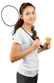 Badmintonspeler op witte achtergrond wordt geïsoleerd die