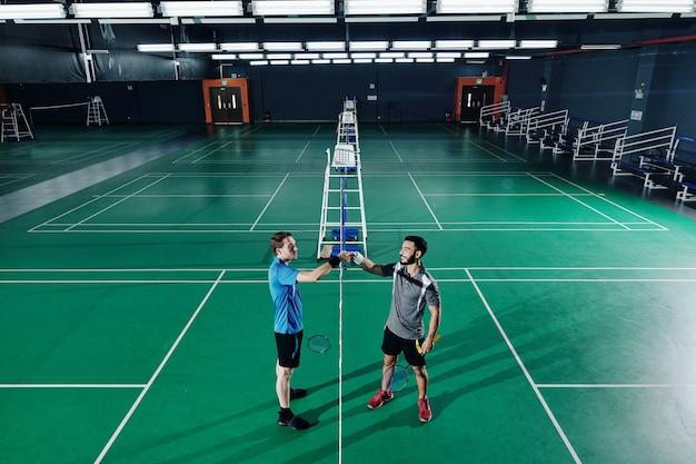 Badmintonspelers handen schudden