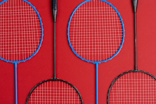 Badmintonuitrusting. rackets en shuttle, bovenaanzicht