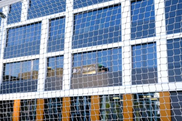 Badmintonveld voor een rust op de binnenplaats van een modern zakencentrum. geen mensen, gezond levensstijlconcept.