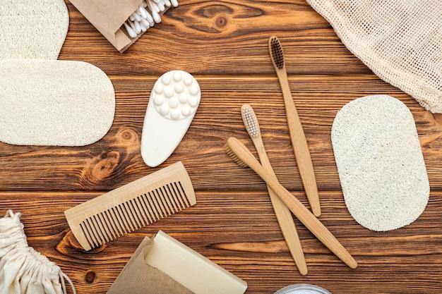 Badproducten voor tandverzorging. bamboe tandenborstels zeep kam toiletares op houten tafel