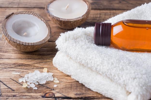 Badstof handdoek en cosmetische olie voor massage.