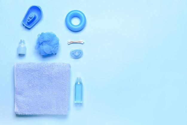 Badtoebehoren voor baby op kleurenachtergrond
