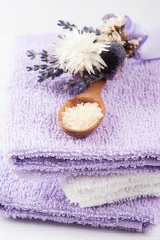 Badzout, paarse handdoeken