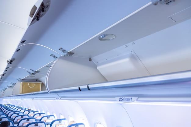 Bagagerek met bagage in een vliegtuig.