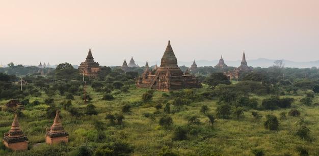 Baganvlaktes van oude tempels bij zonsopgang, myanmar