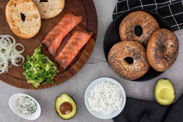 Bagels en ingrediënten voor sandwich op tafel
