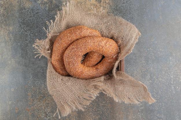 Bagels genesteld in een stuk stof