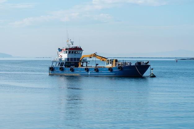 Baggerschip in de haven van carril, pontevedra, spanje