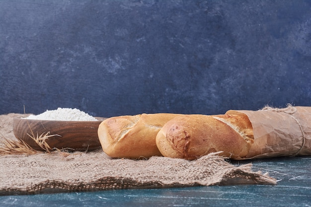 Baguette brood op blauwe tafel.