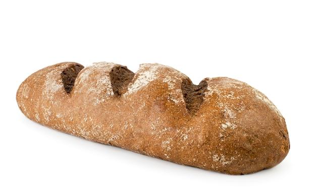 Baguette van zwart brood close-up geïsoleerd