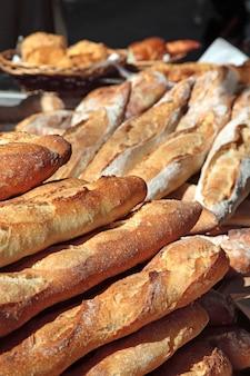 Baguettes op de markt in frankrijk