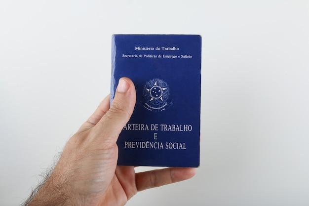 Bahia, brazilië. 27 augustus 2021. braziliaanse werkkaart (werkkaart) . vertaling: federale republiek brazilië, ministerie van arbeid. werkboekje en sociaal welzijn.