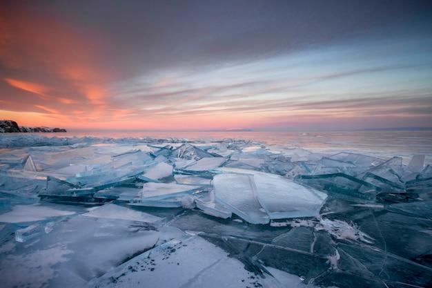 Baikalmeer in de stralen van de ondergaande zon. geweldige plek, unesco werelderfgoed