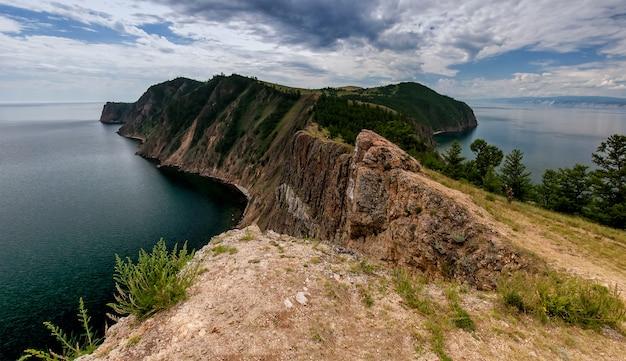 Baikalmeer, olkhon eiland, cape khoboy, zomer, toerisme, reizen, landschap, dag, panorama