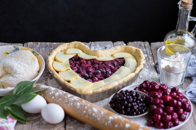 Bak een fruitcake in de vorm van een hart. heerlijke zelfgemaakte cake doe het zelf. koken