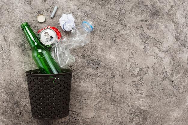 Bak en vuilnis vallen in
