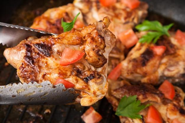 Bak het stuk kip met kruiden in een tang