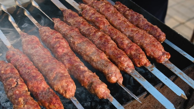 Bak lula kebab op spiesjes. selectieve aandacht. voedsel.