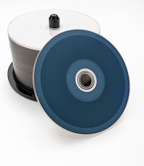 Bak met 50 lege bluray dvd's cd's. omgekeerde schijf. geïsoleerd op witte achtergrond.