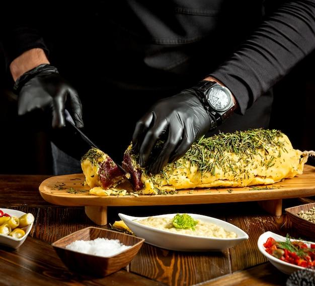 Bak plakjes gehaktbrood bedekt met aardappelpuree